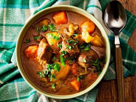 Свински гулаш в глинен гювеч с картофи, зеле, гъби и чушки на фурна - снимка на рецептата
